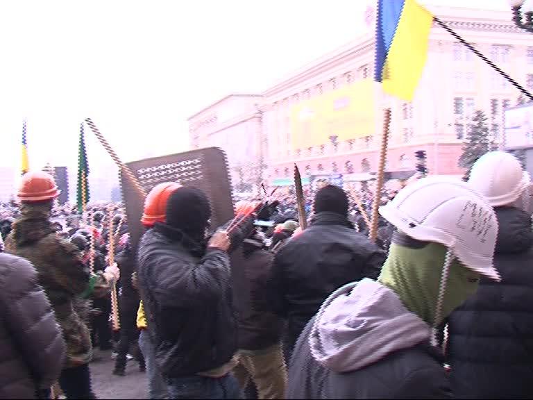 Рогатка в руках у евромайдановца. Скриншот видео МГ Объектив