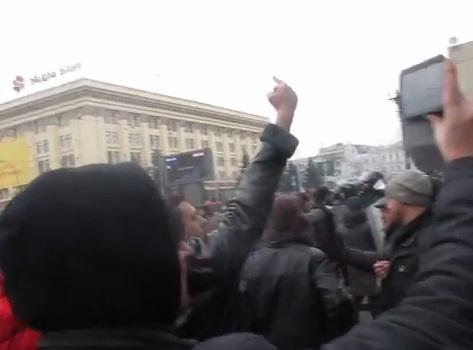 Противник Евромайдана во время исполнения гимна. Скриншот видео Nadia Nadian, YouTube