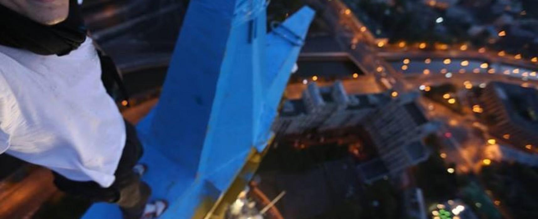 Четверо парашютистов не красили звезду на московской высотке в цвета украинского флага
