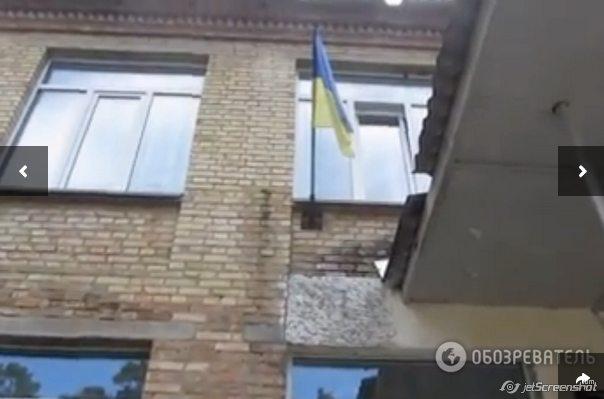 Флаг над поселковым советом, который, по слухам, уже не раз уничтожали. Фото Татьяны Заровной