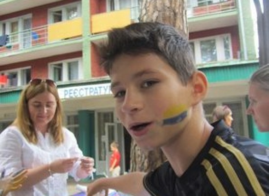 Fake: Underage Refugees Tore Down the Ukrainian Flag from a School near Kyiv