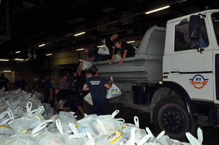 Как на «Донбасс Арене» - логистическом центре Гуманитарного штаба Рината Ахметова «Поможем» формируются «наборы выживания»