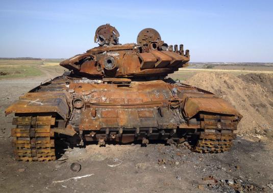 Разрушенный танк Е-72, предположительно прибывший из России, стоит на поле боя возле контролируемого сепаратистами Старобешевого, Восточная Украина, 2 октября 2014