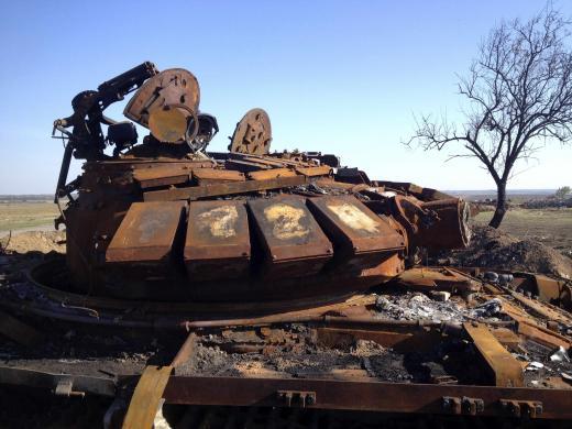 Разрушенный танк, предположительно приехавший из России, стоит возле Старобешевого (с) Мария Цветкова