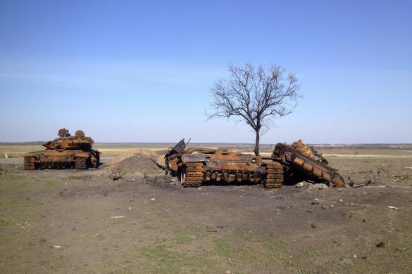 Два разрушенных танка Т-72, предположительно прибывшие из России, стоят на поле боя возле Старобешевого (с) Мария Цветкова