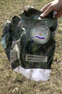 """Ярлык """"Армия России"""" маркирует пачку сухпайка, найденную возле Старобешево (с) Мария Цветкова"""