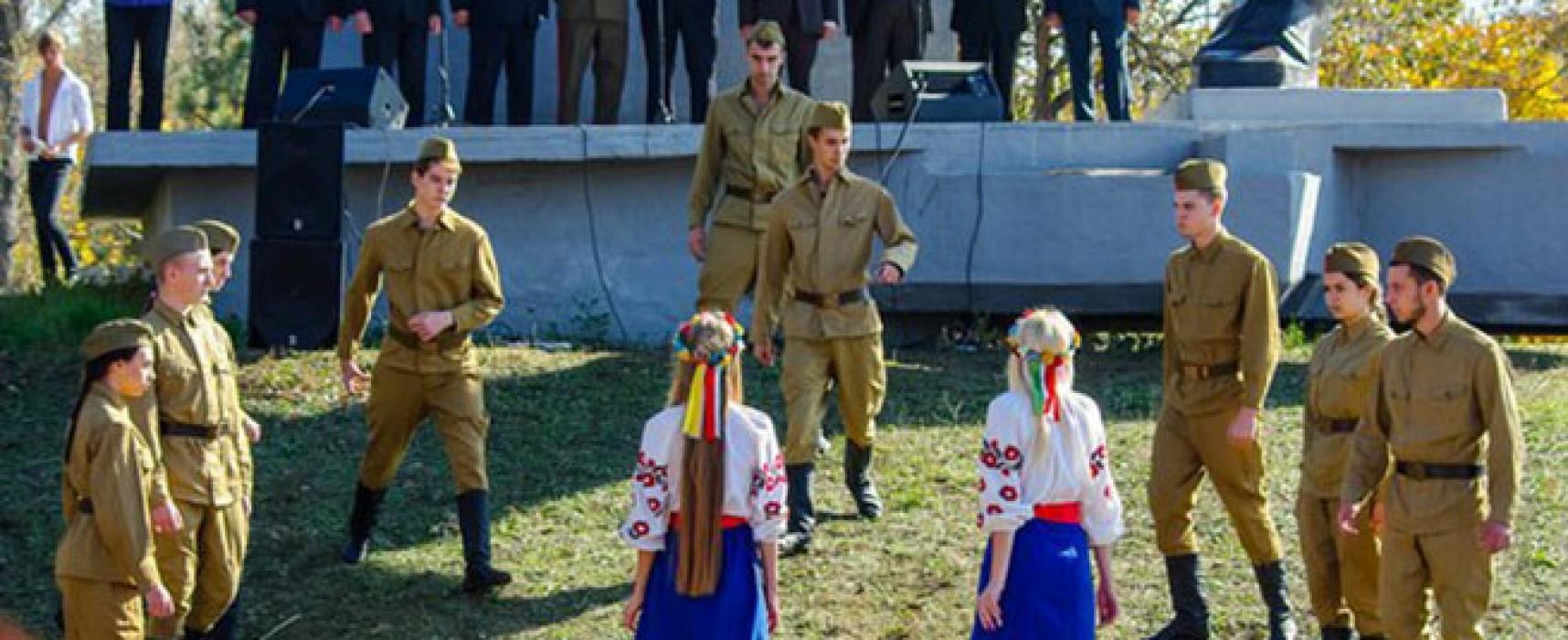 Фейк: в Запорожье ветеранам показали номер об изнасиловании украинок бойцами Красной армии