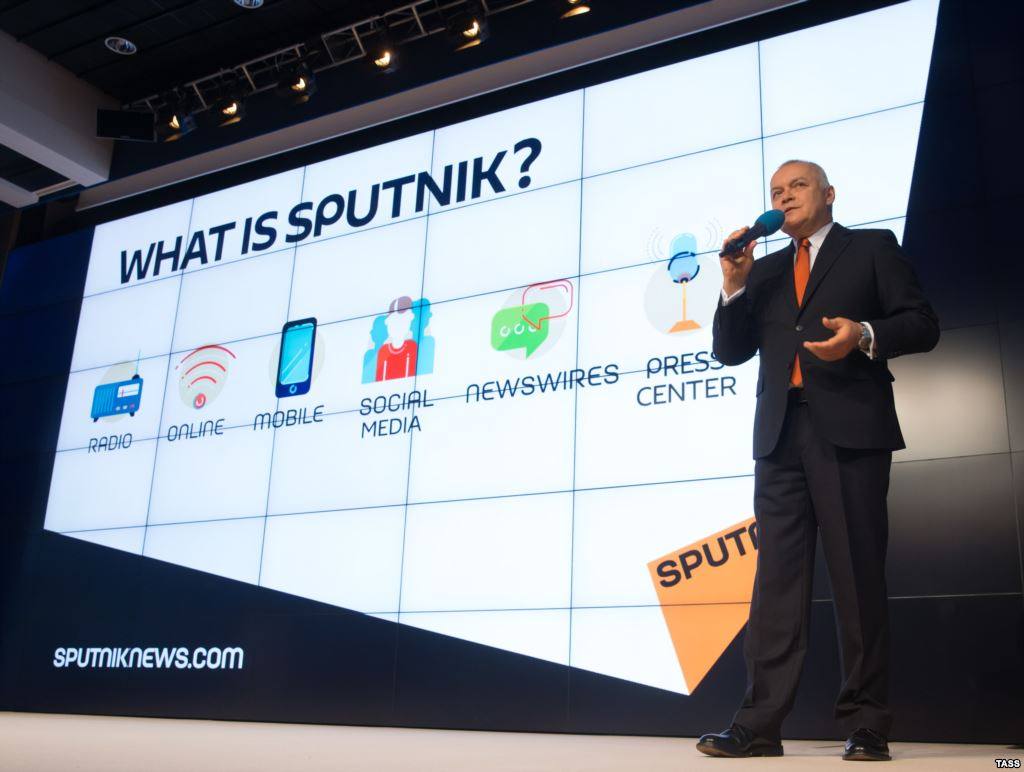 Дмитрий Киселев на презентации радио Ступник в Москве 10 ноября 2014 года.  Фото TASS