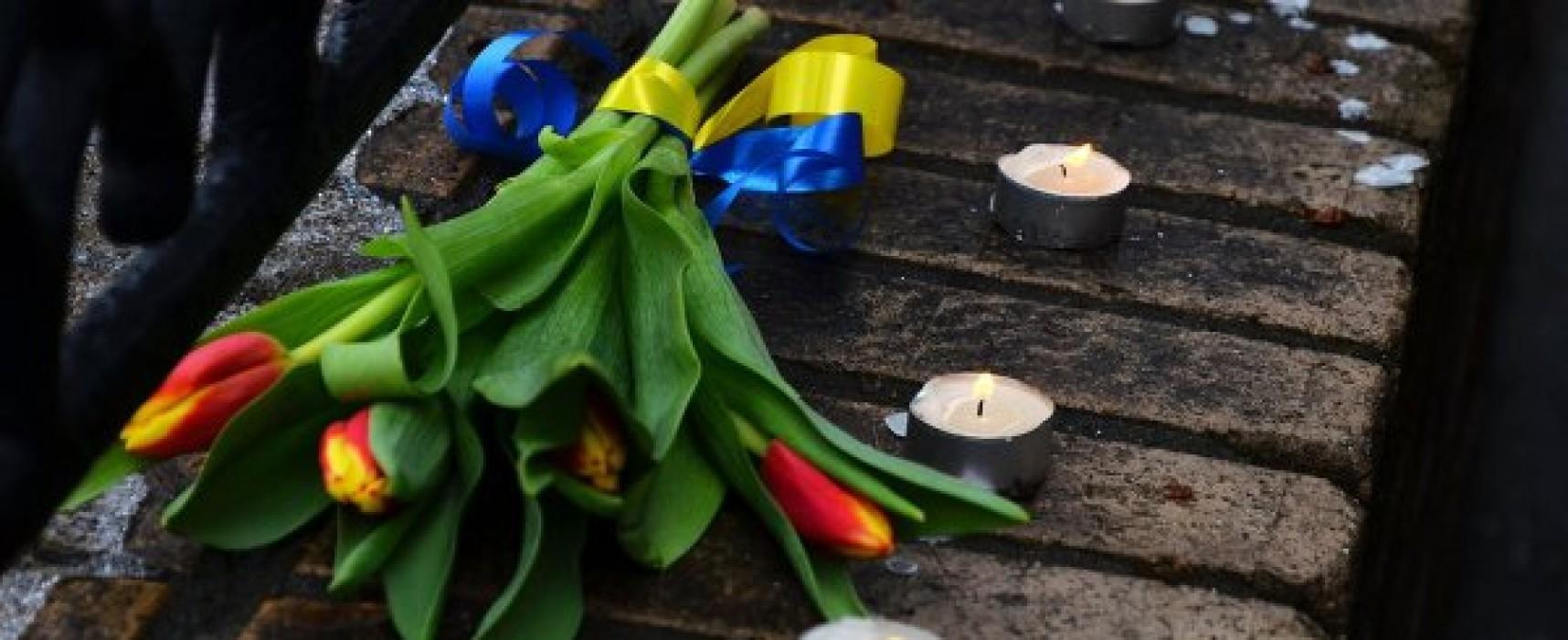 Фейк: Посол США в России принес на место убийства Немцова букет с желто-синей лентой