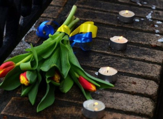 Fake: U.S. Ambassador to Russia Lays Flowers with Blue and Yellow Ribbons at the Scene of Nemtsov Murder