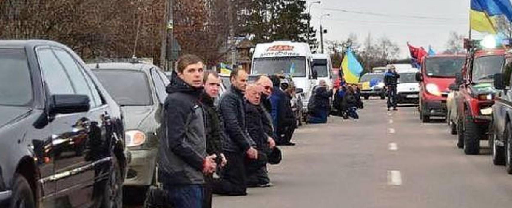 Фейк: в Украине люди должны становиться на колени перед Правым сектором