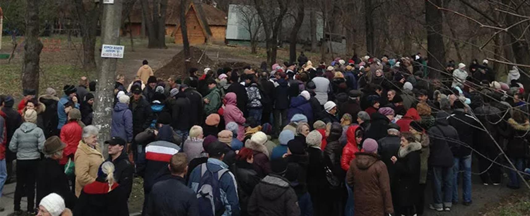 На митинг под Посольством США в Киеве, о котором сообщили российские СМИ, людей приглашали под предлогом съемок шоу