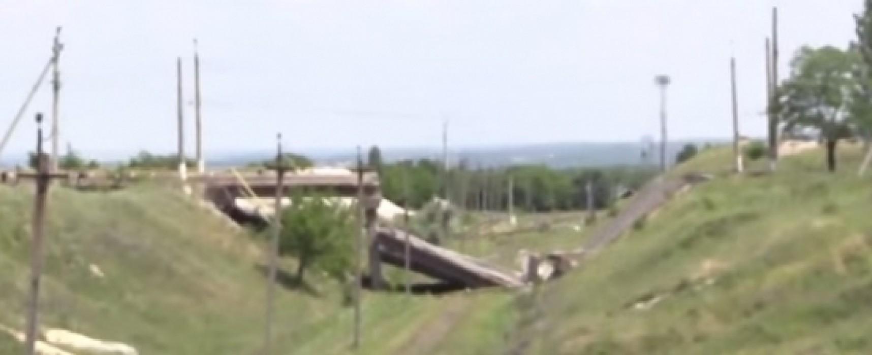 В сюжете Lifenews один и тот же мост называли взорванным то ВСУ, то «ополчением»