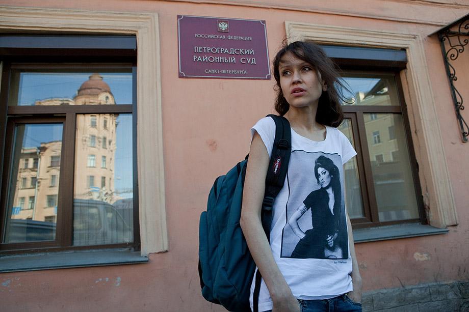Людмила Савчук у здания суда. Фото: Елена Лукьянова / «Новая газета в Санкт-Петербурге»