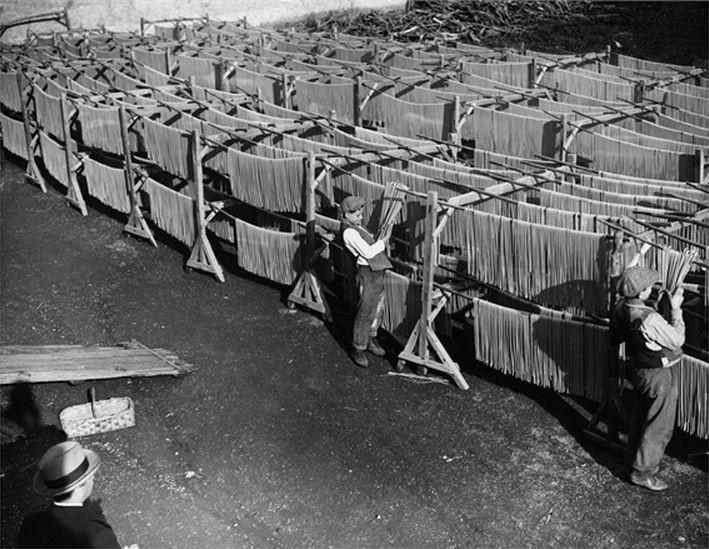 Сушка свежей лапши на фабрике. Италия, 50-е годы