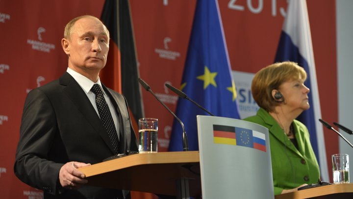 © Odd Andersen, AFP   Russian President Vladimir Putin (left) and Germany's Angela Merkel give a joint press conference in Hanover on April 8, 2013