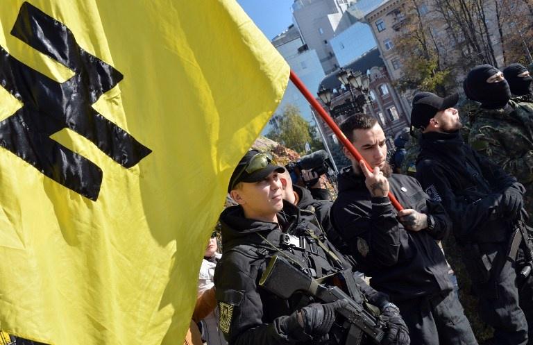 Membres du bataillon Azov, lors d'une manifestation du mouvement d'extrêmz droite, à Kiev le 19 octobre 2014. Cette photo d'illustration n'est pas tirée du film de Canal. Photo Genya Savilov.AFP