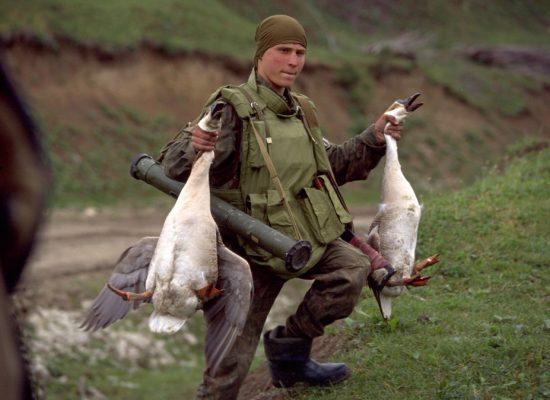 Un fake sur les « nazis » de Kiev a été illustré avec une photo d'un maraudeur de l'armée russe en Tchétchénie