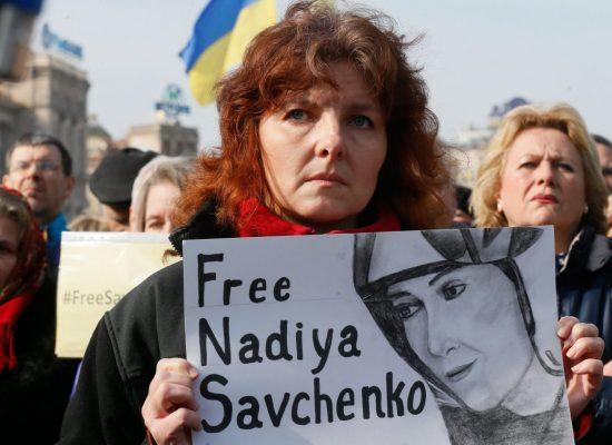 El País: Presiones internacionales sobre Rusia para que libere a la aviadora ucrania Nadia Sávchenko