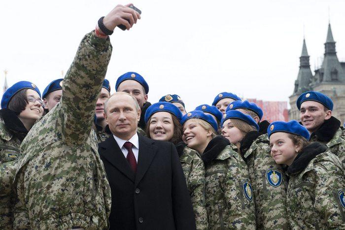 Руски кадети си правят селфи с Путин на Червения площад. Снимка БГНЕС