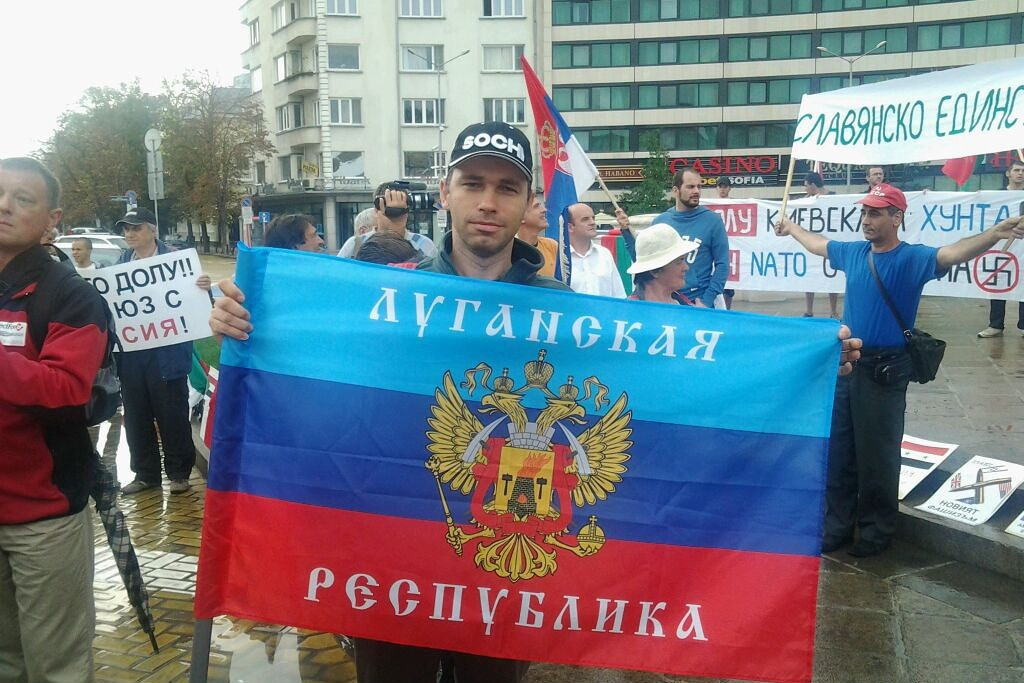 """Дмитрий Петков участва в демонстрация в подкрепа на сепаратистите пред парламента. Той носи флаг на Луганската народна република./""""Клуб Z"""""""