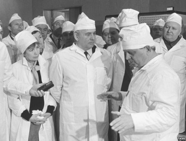 Генералният секретар на КПРС Михаил Горбачов на Чорнобилската АЕЦ, 1989 година