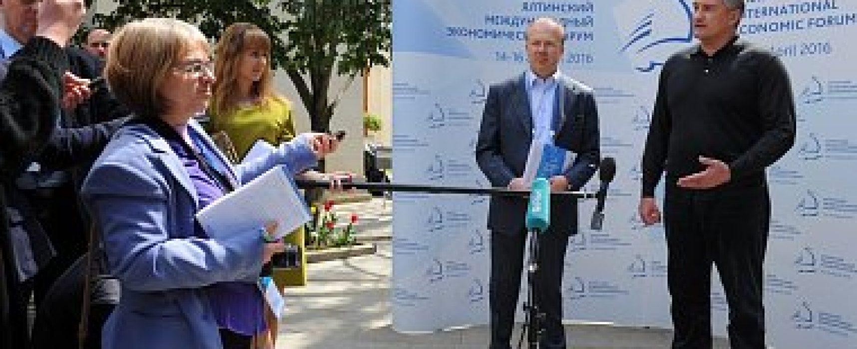 Фрики и марионетки: кого Путин собрал на форум в Крыму