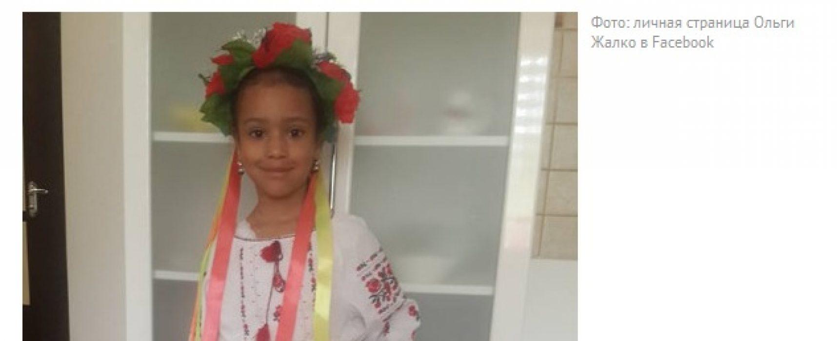Фейк: в Киев не пуснали момиченце на парад на вишиванките заради цвета на кожата й