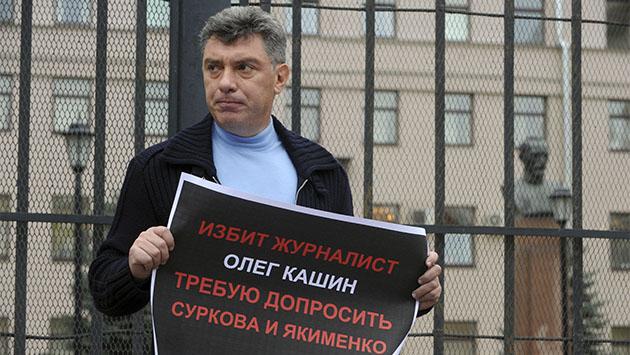 El opositor Boris Nemtsov sostiene un cartel frente a la sede de la policía de Moscú. DMITRI KOSTYUKOV / AFP / GETTY