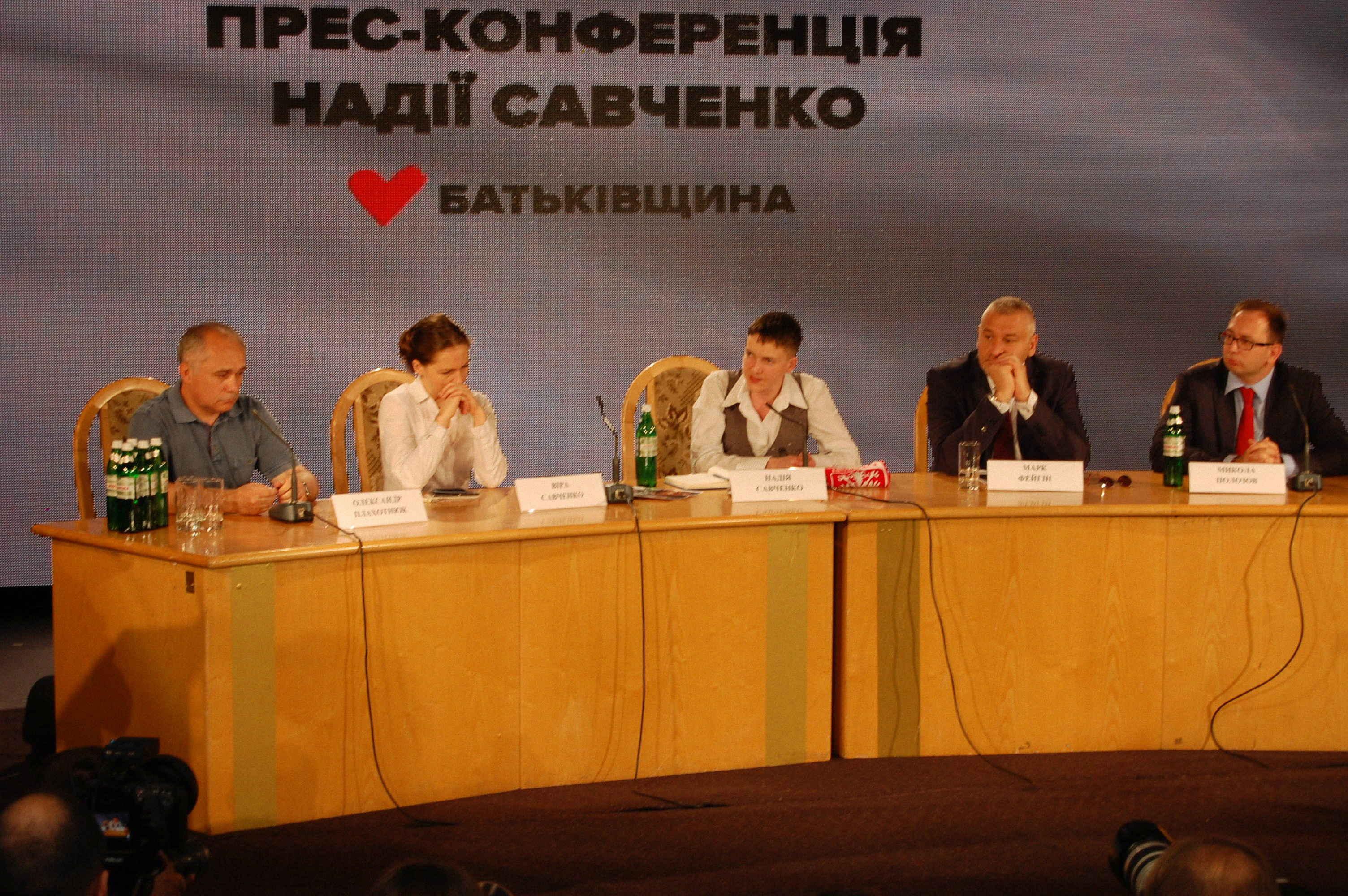 Conferenza Nadia Savchenko, alla sua destra la sorella Vira