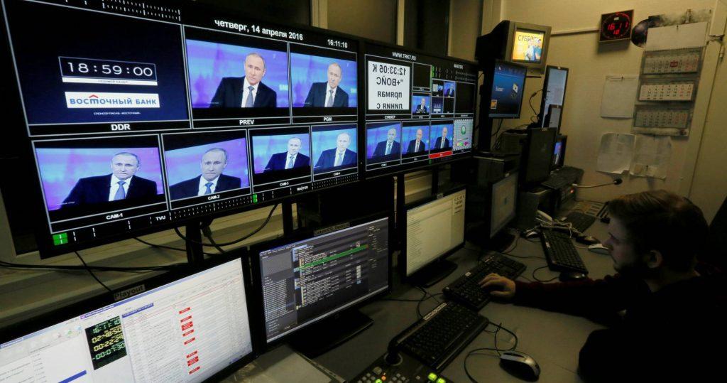 Un técnico en un estudio de una cadena rusa privada. ILYA NAYMUSHIN REUTERS