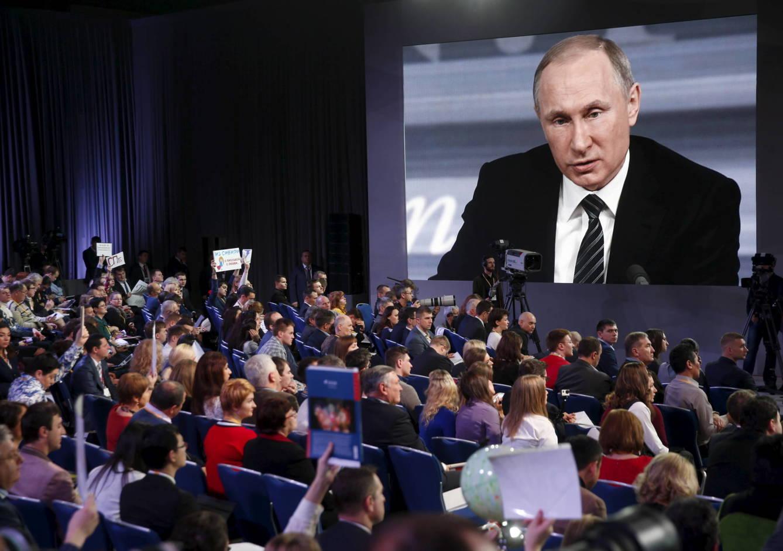 Periodistas escuchan a Vladimir Putin durante una rueda de prensa en Moscú, el 17 de diciembre de 2015 (Reuters)