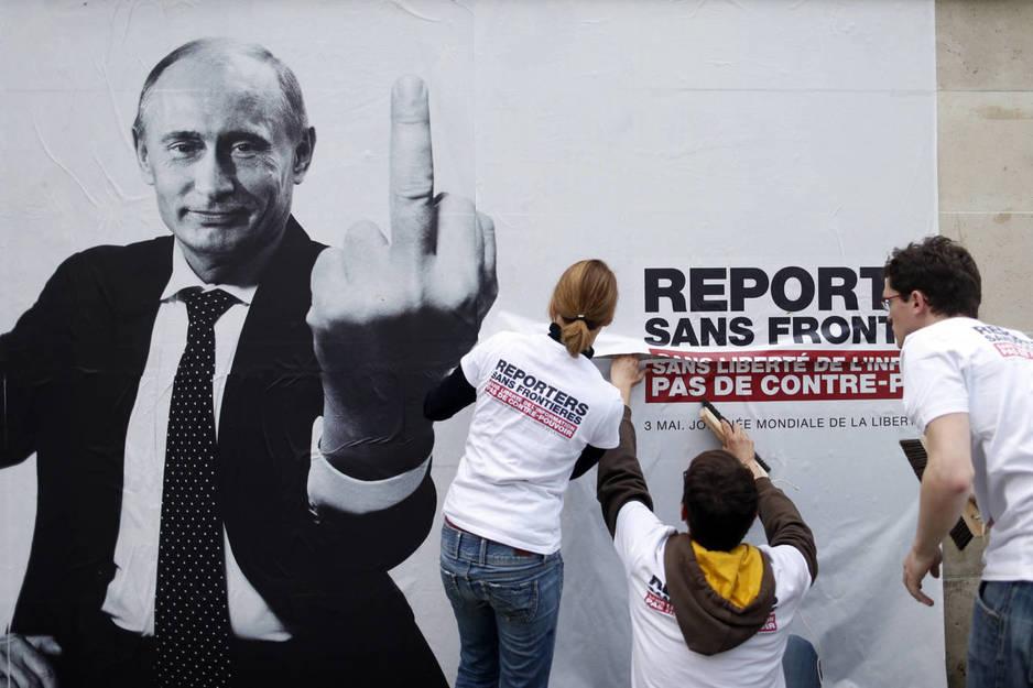 Activistas de Reporteros Sin Fronteras colocan un póster crítico con Putin en el Día de la Libertad de Prensa, en París (Reuters)