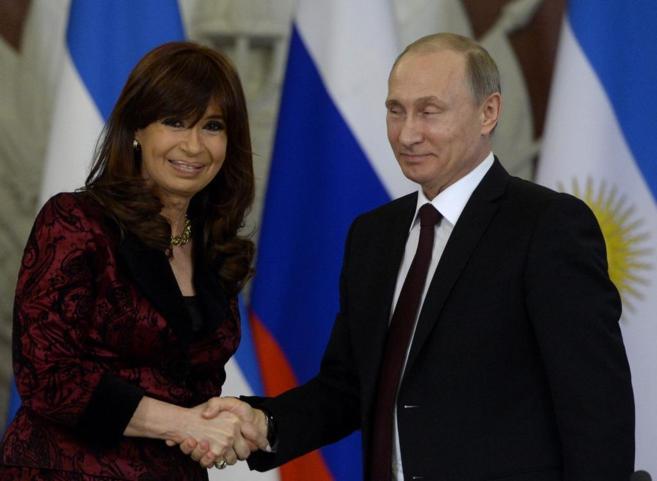 El presidente ruso, Vladimir Puti, junto a expresidenta argentina, Cristina Fernández de Kirchner, en Moscú  en abril de 2015 | AFP