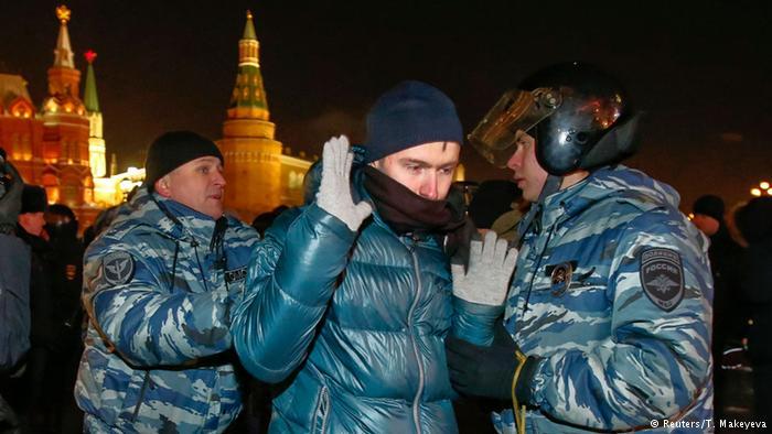 Руски полицаи задържат привърженик на блогъра Алексей Навални по време на демонстрация близо до Кремъл