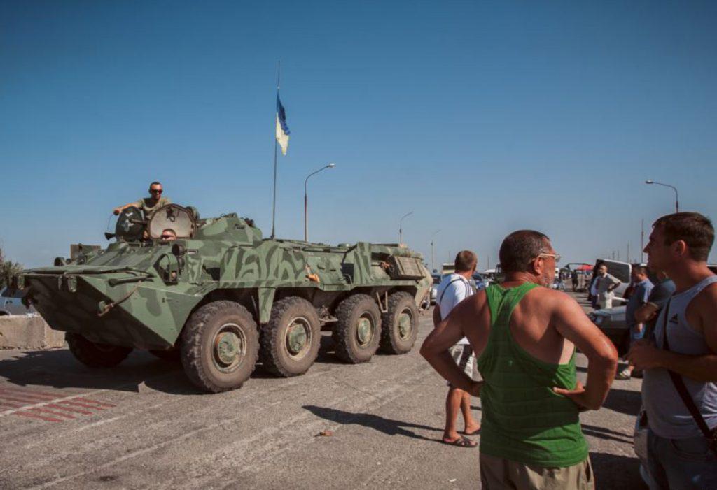 Украинский БТР с военни на административната граница с Крым. Снимка: Крым. Реалии