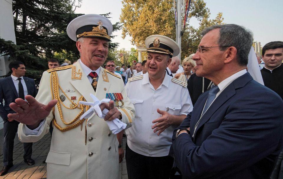 Thierry Mariani et le commandant de la flotte russe en Mer noire à Sébastopol le 31 juillet. Photo Pavel Rebrov. Reuters (LIBERATION)