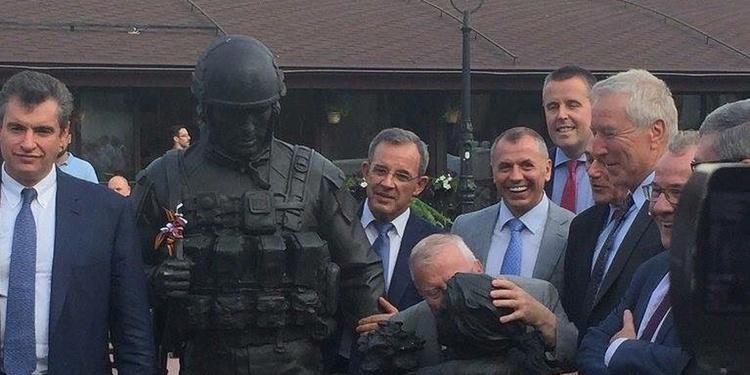 Les élus Français posent à côté du monument érigé en l'honneur des forces spéciales de Russie qui ont conduit l'annexion. Aux côtés du soldat, le sculpteur a représenté une petite fille et le député Jacques Myard s'amuse à l'embrasser.