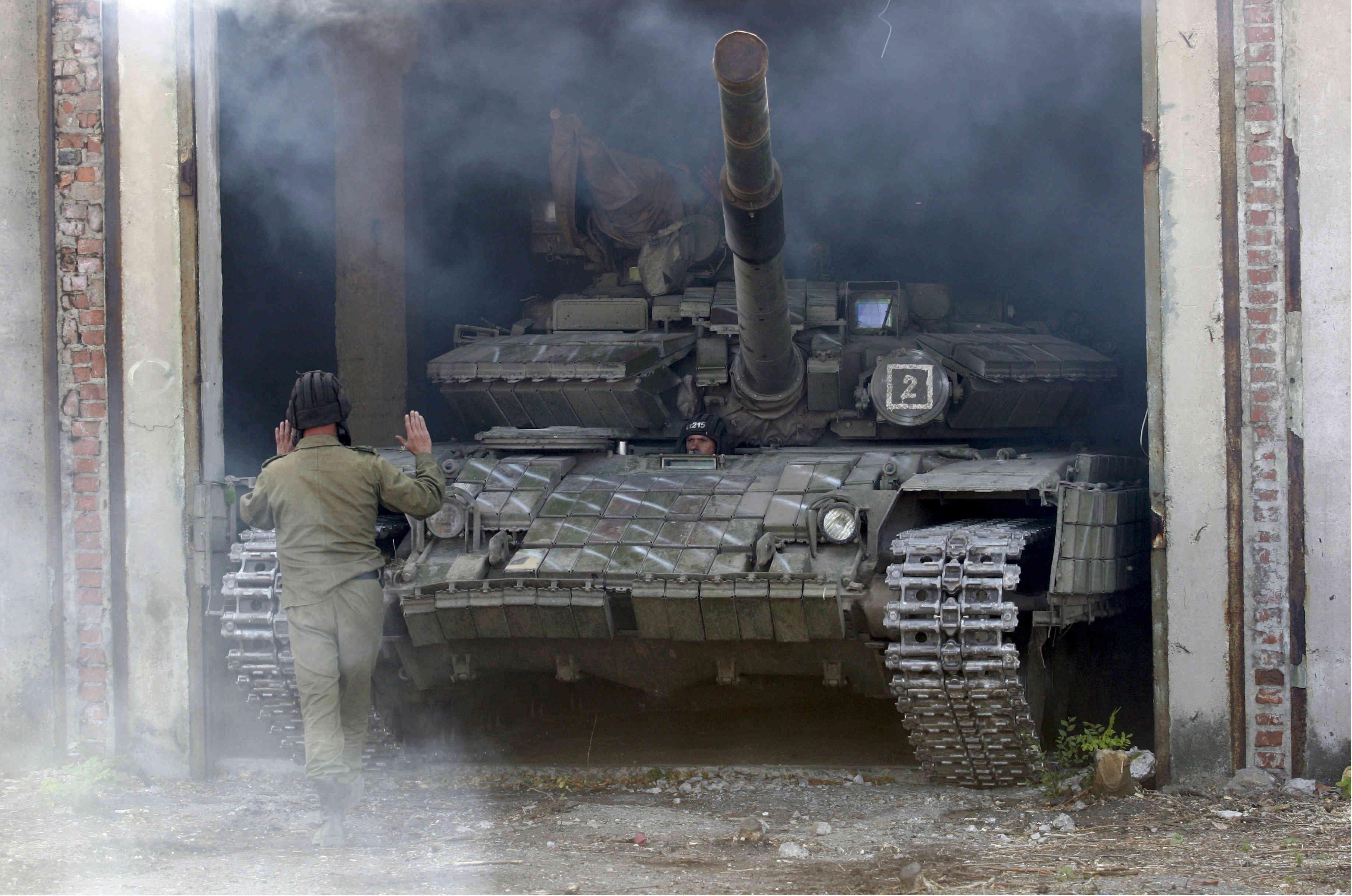 El miembro de las fuerzas de la república autoproclamada de Luhansk guía al tanque después de retirarlo de la línea de separación cerca de Luhansk, Ucrania, el 3 de octubre de 2015. REUTERS/Alexander Ermochenko (Atlantic Council)