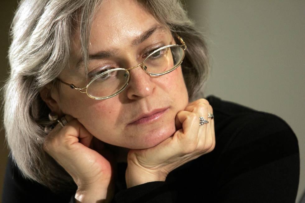 La escritora y periodista rusa Anna Politkovskaya, en Barcelona, en 2004. C. RIBAS. Foto vía El País.