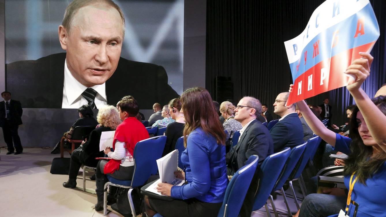 Una periodista pide turno para preguntar al Presidente Putin durante su conferencia anual, en diciembre de 2015   REUTERS