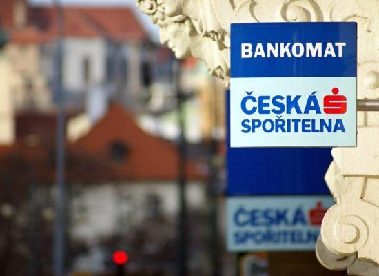 Česká spořitelna si už nebude platit reklamu na dezinformačních webech. Chce sloužit jako kompas