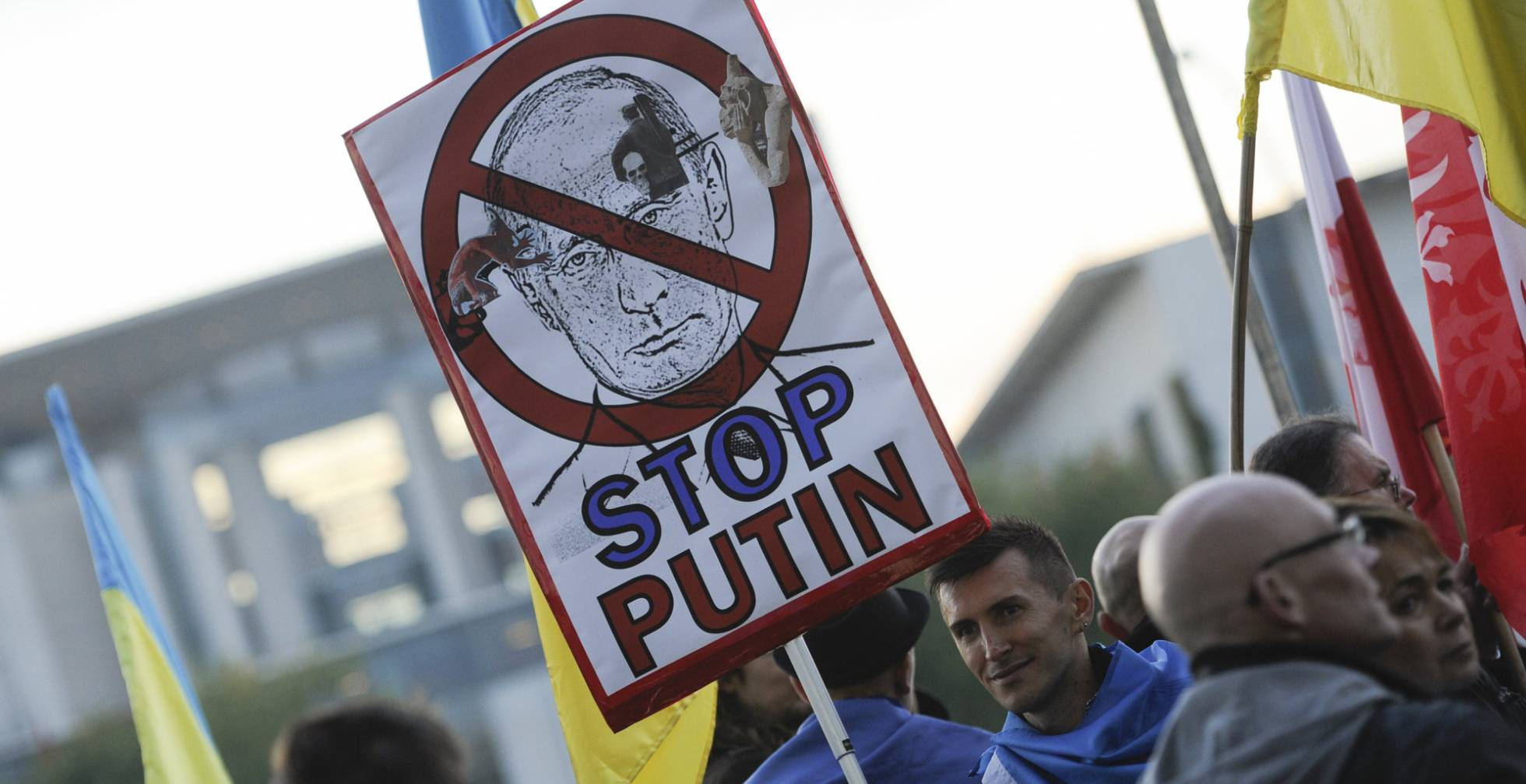 Protestas contra Putin frente a la cancillería en Berlín. Foto vía STEFFI LOOS (AFP)