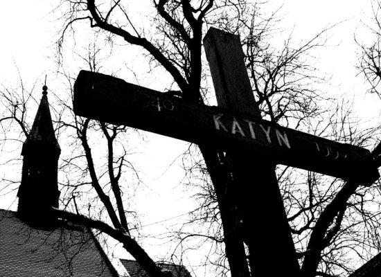 Masakr v Katyni se nikdy nestal. A sametová revoluce je dílo CIA a KGB…