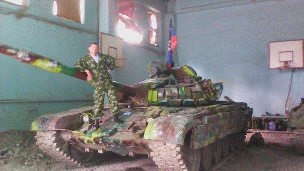 Donetsk Tank russo in una scuola