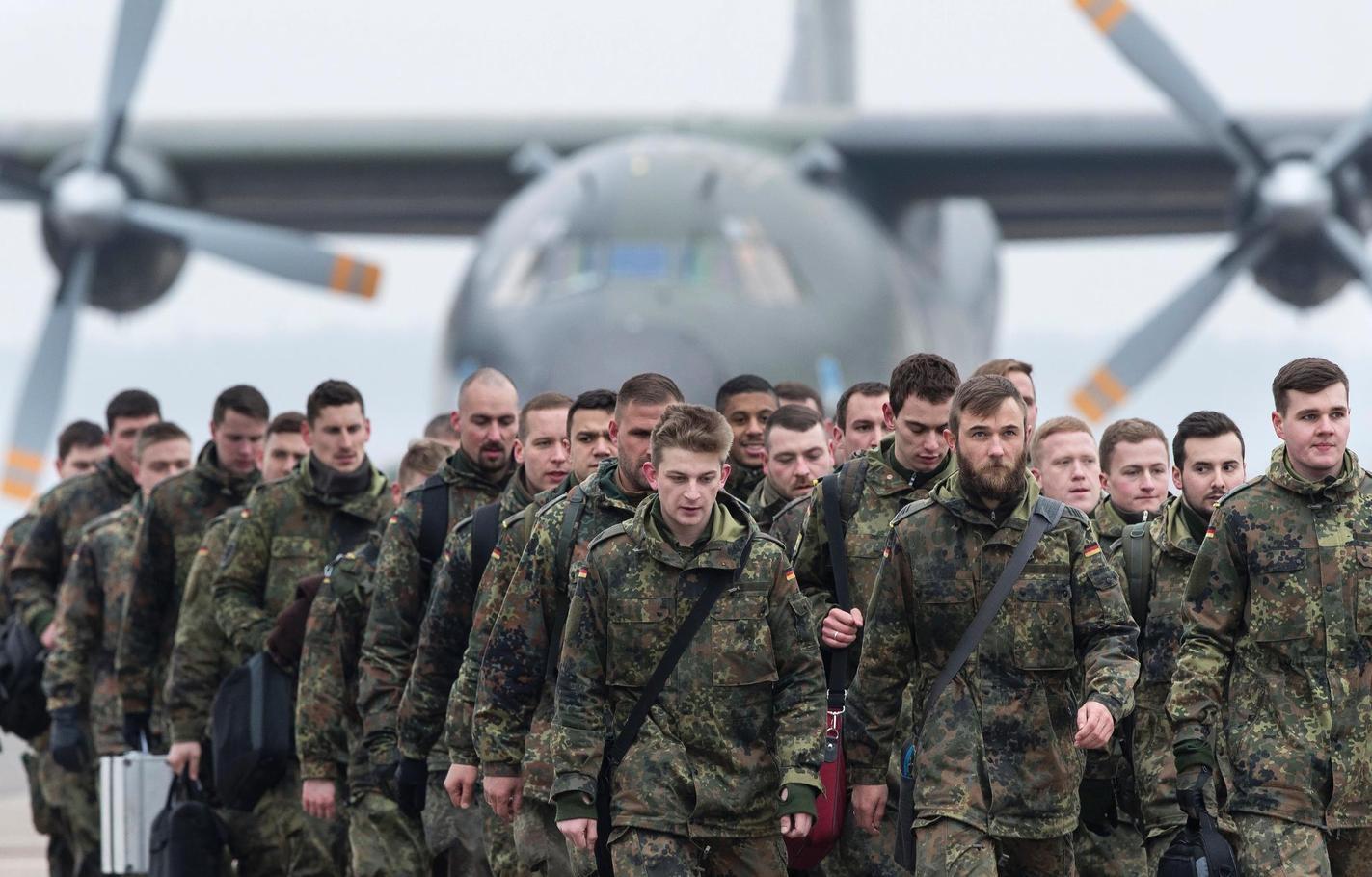 Bundeswehrsoldaten bei ihrer Ankunft in Litauen.Foto: Mindaugas Kulbis/AP/dpa