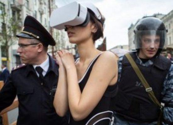 В Москва край Кремъл задържали художничка, защото се намирала в виртуалната реалност