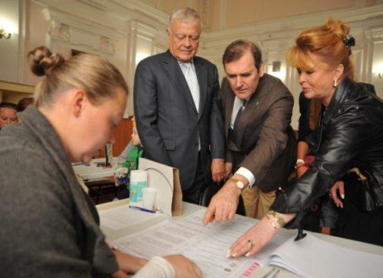 Д'Артаньян и три лизоблюда. Как Кремль выписывает в Россию «иностранных наблюдателей»
