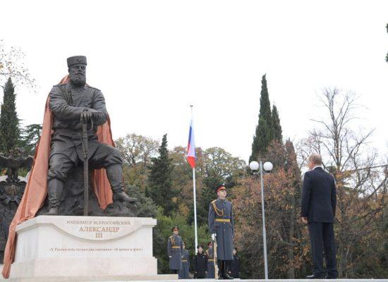 На памятнике Александру III, открытом Путиным, обнаружены неточности