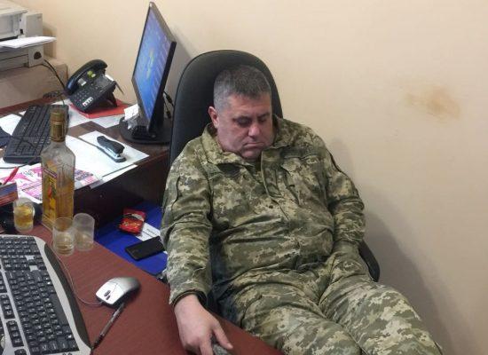 Foto-Fake: Ukrainischer Grenzsoldat schläft neben einer Wodka-Flasche am Checkpoint Stanyzja Luhansk
